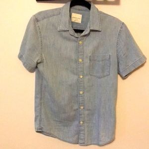 AMERICAN EAGLE CHAMBRAY SHORT SLEEVE BUTTON UP
